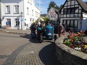 Antransport des Maibaumes mit dem historischen Traktor von Peter Profittlich