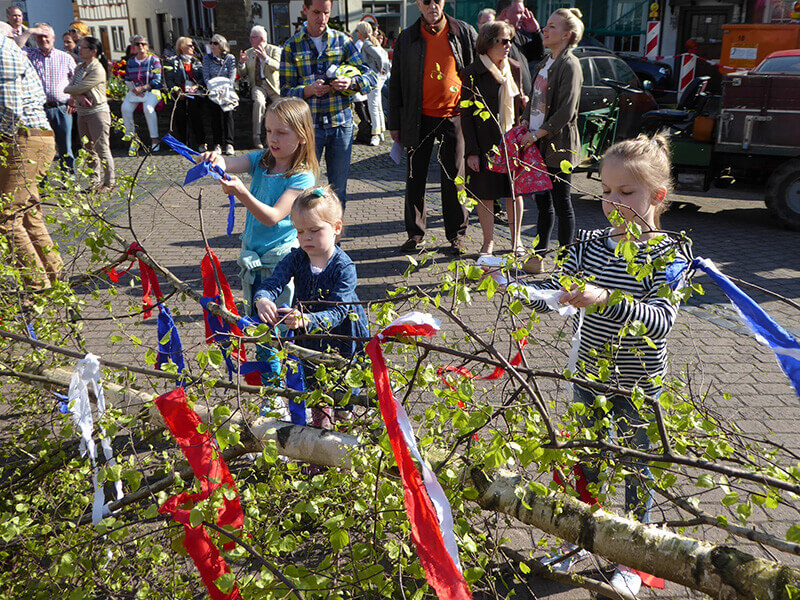 Maiansingen 2017 Kinder schmücken die Krone des Maibaumes